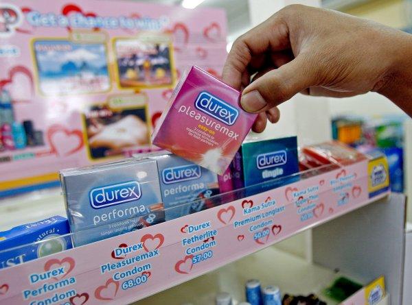 «Пусть поделятся генофондом»: Нижегородская продавщица прокалывала презервативы иностранным болельщикам
