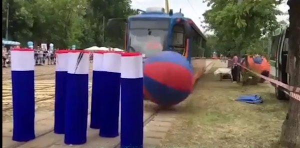 В Краснодаре трамваем сыграли в боулинг