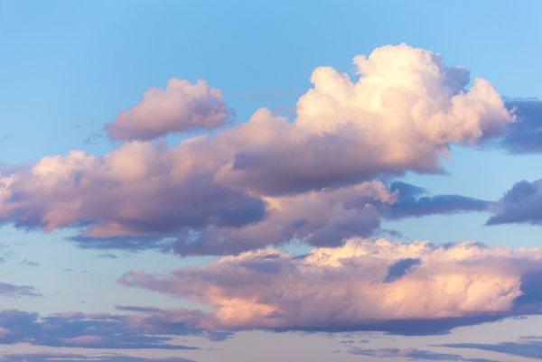 Ельчане шутливо объяснили возникновение странных полос в небе