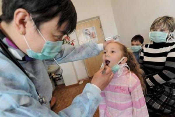 Во время эпидемии простуд заболевших детей не пустят в школы и детсады