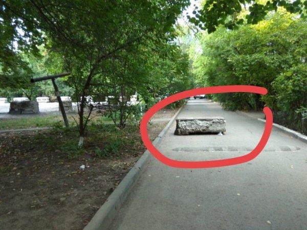 В Ростове на Стачках огромный бетонный блок перекрывает проезд