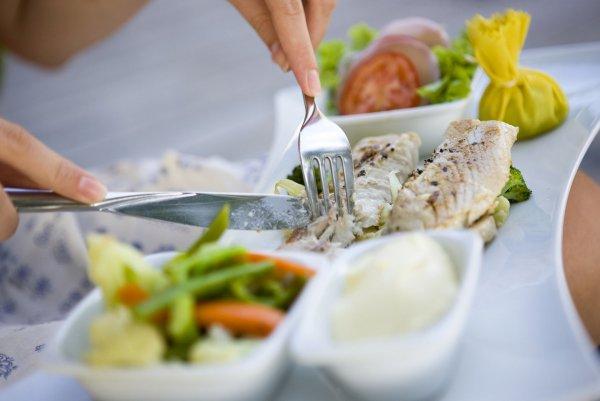 Медики назвали идеальное время для потребления пищи