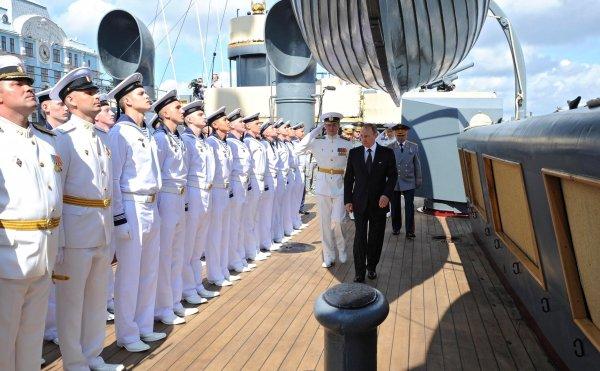 Военные опровергли столкновение катера с мостом на Главном военно-морском параде