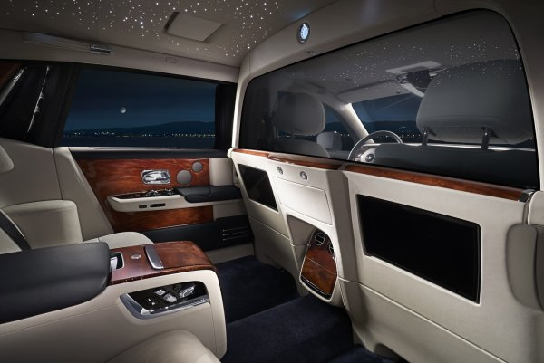 Седан Rolls-Royce Phantom получил удлиненную версию с перегородкой в салоне