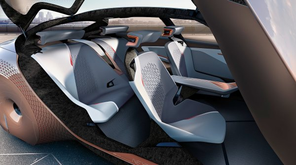 Концепт кроссовера BMW Vision iNext представят публике в самолёте