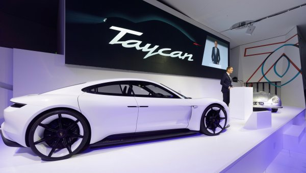 Porsche начала принимать предзаказы на свой первый электрокар Taycan