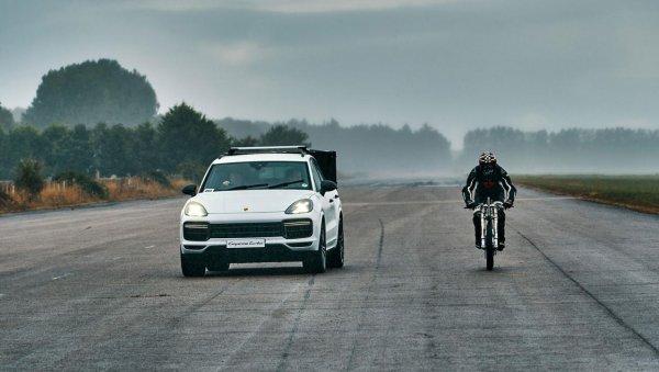 Porsche Cayenne Turbo помог велосипедисту установить рекорд скорости