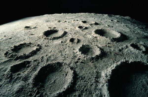 На поверхности Луны обнаружена мостовидная конструкция больших размеров