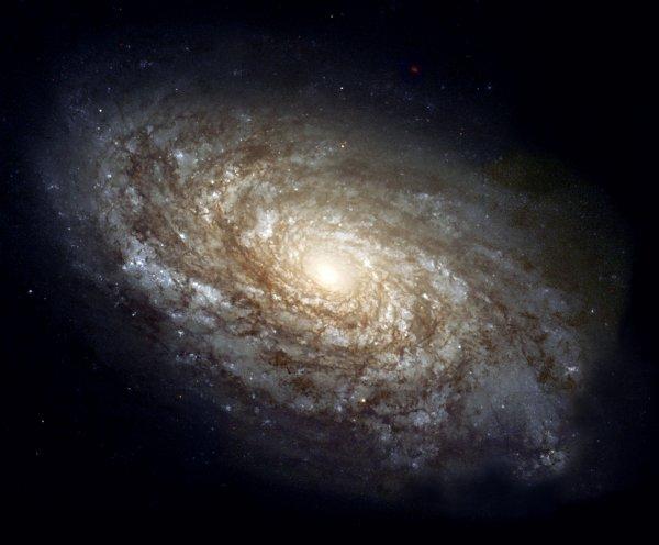 Самая яркая галактика Вселенной пожирает своих соседей