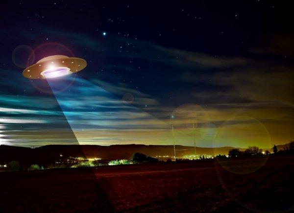 Уфолог увидел НЛО рядом с МКС и показал гонки самолетов с кораблем пришельцев