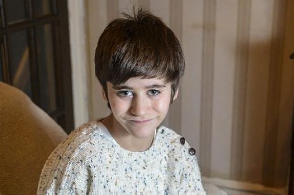 «Сердце ушло в пятки»: В Великобритании 10-летний мальчик живет с почкой в бедре
