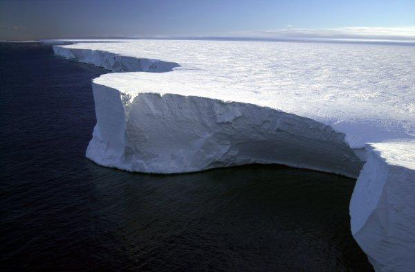 Сторонники теории плоской Земли испугались ледяной стены вокруг планеты