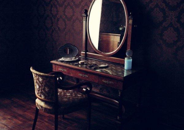 Шутки со смертью: 19 февраля нельзя долго смотреть в зеркала – эксперты