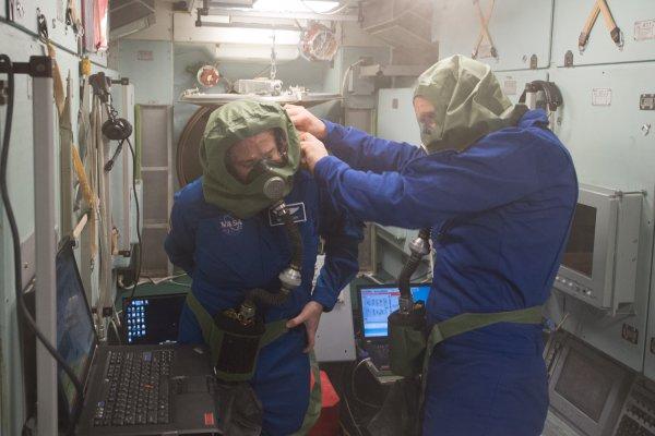 Уфологи были правы: МКС разваливается на куски в открытом космосе